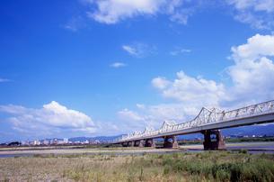 長生橋と信濃川河川敷の写真素材 [FYI04074565]