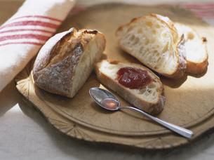 天然酵母パンと苺ジャムの写真素材 [FYI04074616]