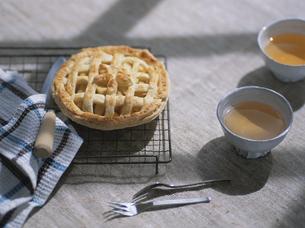 アップルパイと紅茶の写真素材 [FYI04074619]