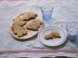 動物クッキーと牛乳の写真素材 [FYI04074622]