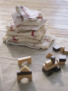 キッチンクロスの洗濯物と積み木の写真素材 [FYI04074624]