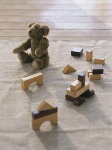 熊のヌイグルミと積み木の写真素材 [FYI04074625]
