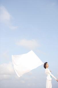 白い旗と女性の写真素材 [FYI04074886]