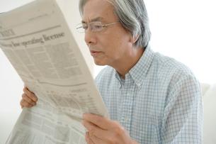 新聞を読むシニア男性男性の写真素材 [FYI04076305]