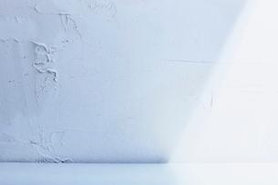 光が差し込む漆喰壁の空間の写真素材 [FYI04076480]