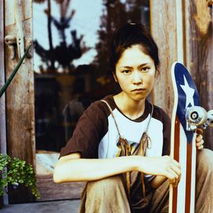 スケボーをもつ日本人女性の写真素材 [FYI04076483]