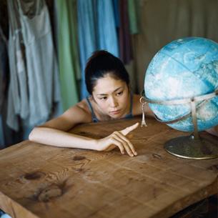 地球儀と日本人女性の写真素材 [FYI04076485]
