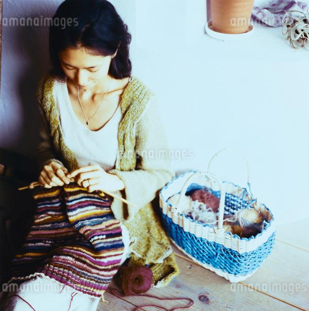 編み物をする日本人女性の写真素材 [FYI04076486]