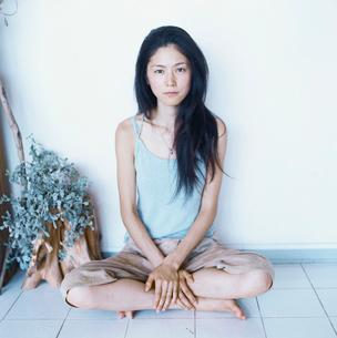 あぐらをかく日本人女性の写真素材 [FYI04076487]