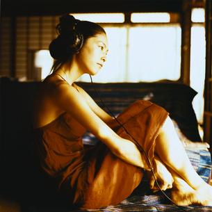ヘッドホンで音楽を聴く日本人女性の写真素材 [FYI04076489]