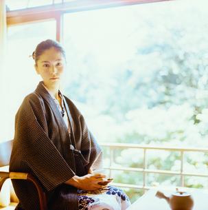 お茶を飲む浴衣姿の20代日本人女性の写真素材 [FYI04076490]