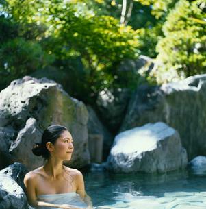 露天風呂に入る20代日本人女性の写真素材 [FYI04076493]