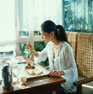 朝食をとる20代日本人女性の写真素材 [FYI04076500]