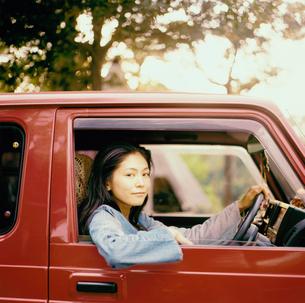 車に乗る20代日本人女性の写真素材 [FYI04076512]