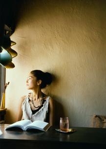 カフェで本を読む20代日本人女性の写真素材 [FYI04076513]