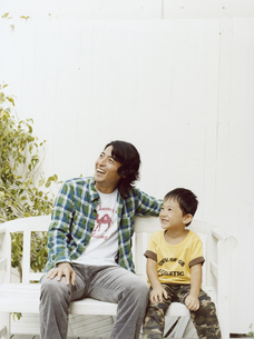 ベンチに座って空を見上げる日本人の父と男児の写真素材 [FYI04076524]