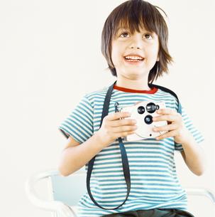 カメラをもつハーフの男の子の写真素材 [FYI04076585]