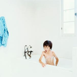 泡風呂に入るハーフの男の子の写真素材 [FYI04076588]