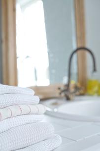 洗面台に置かれたタオルの写真素材 [FYI04076599]