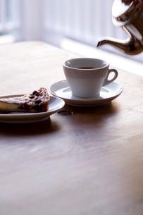 フルーツタルトと注がれるコーヒーの写真素材 [FYI04076601]