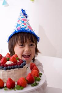 帽子をかぶったハーフの男の子とケーキの写真素材 [FYI04076619]