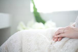 結婚指輪をつけた花嫁の手元の写真素材 [FYI04076632]