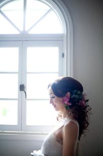 窓辺にたたずむ花嫁の横顔の写真素材 [FYI04076635]
