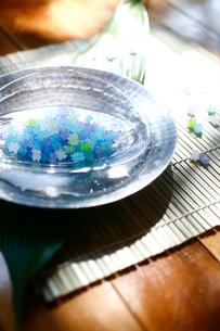 水で冷やされた金平糖の写真素材 [FYI04076653]