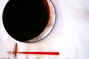 塗りの平皿と箸の写真素材 [FYI04076658]