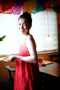 チーズケーキをもつ女性の写真素材 [FYI04076661]