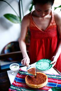 チーズケーキをサーブする女性の写真素材 [FYI04076667]