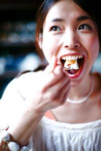 ケーキを食べようとする女性の写真素材 [FYI04076669]