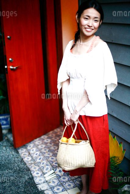 玄関にたたずむ女性の写真素材 [FYI04076671]