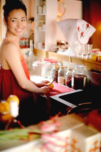 キッチンで料理する女性の写真素材 [FYI04076673]