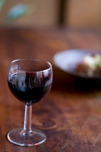 赤ワインと食事の写真素材 [FYI04076675]