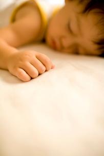 眠る赤ちゃんの写真素材 [FYI04076701]