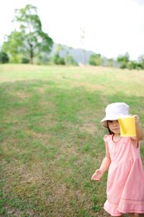 芝生でジョウロを持つ女の子の写真素材 [FYI04076712]