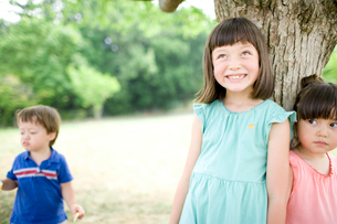 木陰でくつろぐ子供達の写真素材 [FYI04076723]