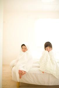 バスタオルにくるまれた子供達の写真素材 [FYI04076732]
