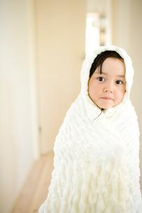 バスタオルにくるまれた女の子の写真素材 [FYI04076733]