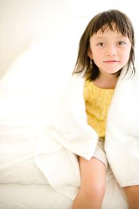 バスタオルと女の子の写真素材 [FYI04076734]
