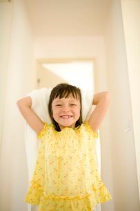 バスタオルで髪をふく女の子の写真素材 [FYI04076738]