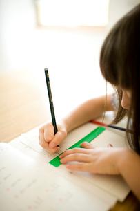 勉強する女の子の手元の写真素材 [FYI04076739]