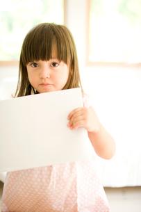 画用紙をみせる女の子の写真素材 [FYI04076740]