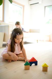 積み木で遊ぶ女の子の写真素材 [FYI04076743]