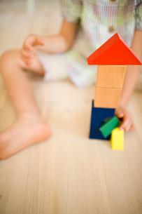 積み木で遊ぶ女の子の写真素材 [FYI04076745]