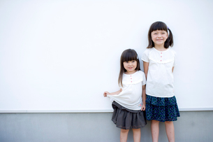 壁際の女の子達の写真素材 [FYI04076747]