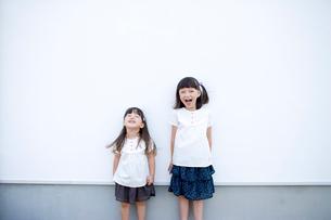 壁際の女の子達の写真素材 [FYI04076748]