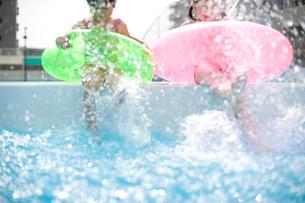 バタ足をする女の子達の写真素材 [FYI04076762]