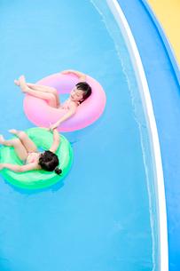 プールで遊ぶ女の子達の写真素材 [FYI04076763]